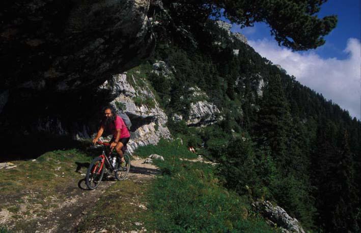 homme en VTT montée col de l'Alpe