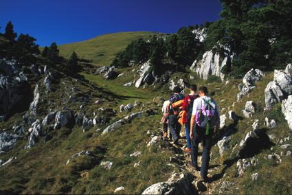 randonneurs sur montée col de l'Alpes