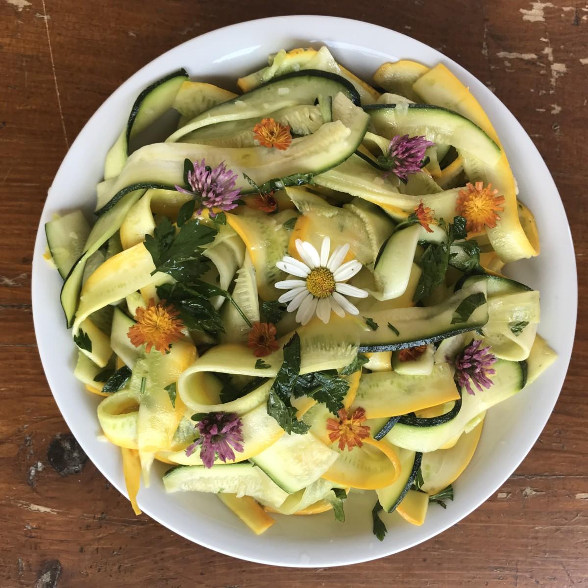 Tagliatelles de courgettes crues décorées avec des fleurs