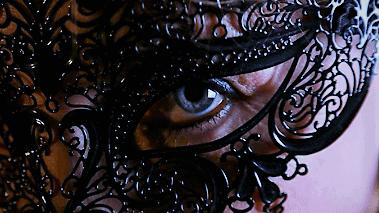 œil masqué de noir